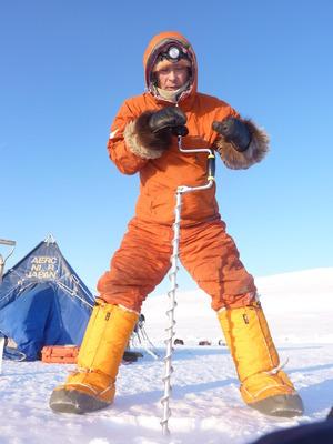 カナダ・レゾリュート沖の海氷上で氷の厚さを測る山崎哲秀さん(2013年2月)