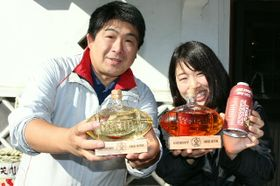 ラグビーワールドカップ大分開催を応援するため、八鹿酒造が販売している(左から)瓶入りの焼酎、梅酒と缶入りの純米酒=九重町