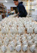 窯元にずらりと並ぶネズミの親子の置物(滋賀県甲賀市信楽町長野・明山窯)