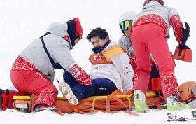 男子ハーフパイプ決勝 2回目の演技で転倒し、担架に乗る戸塚優斗=平昌(共同)