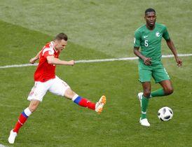 ロシア―サウジアラビア 後半、4点目のゴールを決めるロシアのチェリシェフ(左)=モスクワ(共同)