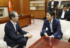 福島県庁で内堀雅雄知事(左)と会談する小泉環境相=12日午後