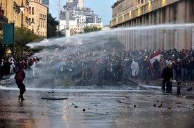 反政府デモに放水する治安部隊(ゲッティ=共同)