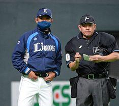 6回、選手交代を告げる西武・辻監督(左)(撮影・伊東昌一郎)