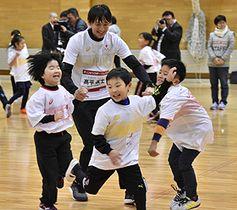 高平慎士さん(中央奥)と手つなぎ鬼を楽しむ子どもたち