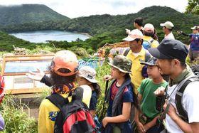 白鳥山のトレッキングで、展望台からの景色を楽しむ参加者=11日午前