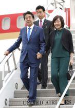 国連総会出席のため、昭恵夫人(右)と米ニューヨークのケネディ国際空港に到着した安倍首相=23日(共同)