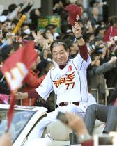 2013年11月、プロ野球日本一の優勝パレードで、集まった大勢のファンに手を振る楽天の星野仙一監督=仙台市青葉区