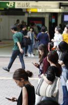 スマートフォンを見る人たち=8月、東京都渋谷区