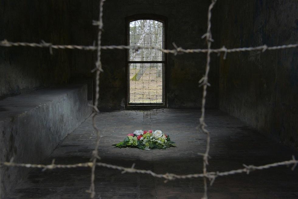 ポーランド・グダニスク近郊に残る、ナチス・ドイツのシュツットホーフ強制収容所跡のガス室。グラスは2006年8月、78歳の時にナチス・ドイツの親衛隊(SS)に所属していた過去を自伝で初めて告白、世界に衝撃を与えた(撮影・伊藤智昭、共同)
