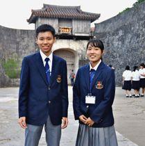 ガイドで足しげく通った首里城の「歓会門」の前で思いを語る仲村篤紀さん(左)と大蔵香澄さん=8日、那覇市首里