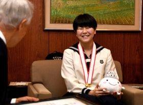 空手の全国大会で優勝して姫路市長を表敬訪問した岡田さん=姫路市役所