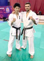 決勝を戦ったロシアの選手(右)と健闘をたたえ合う中山さん(極真空手中山道場提供)