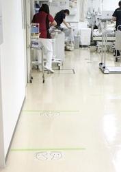順番待ちをする間、患者同士が距離を取るよう足元に線を引いた東京都済生会中央病院の透析施設入り口=東京都港区(同病院提供)
