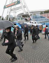 弾道ミサイルが飛来したとの想定で行われた避難訓練=22日午前、東京都文京区の東京ドームシティ