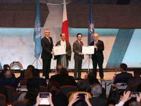 国連観光・文化京都会議で「京都宣言」を採択した関係者たち(京都市左京区・国立京都国際会館)