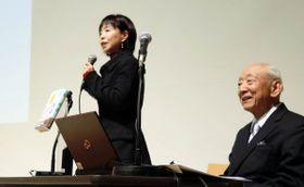 南原元総長の功績について話す村木さん(左)と山口さん=香川県高松市内