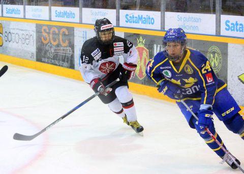 スウェーデン戦でプレーする大沢(左)=ラウマ(共同)