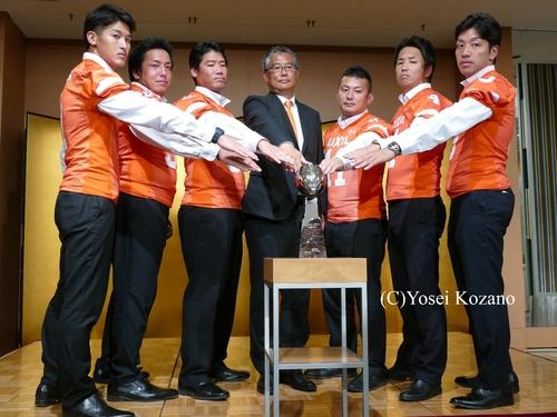 主力選手とともに記者会見に臨んだLIXILの森清之ヘッドコーチ(中央)=撮影:Yosei Kozano