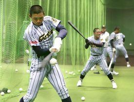 室内練習場で打撃練習する東海大相模・森下(手前)=甲子園