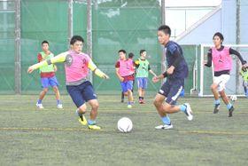 2年ぶりの頂点を目指し練習に励む徳島市立の選手=同校グラウンド