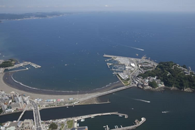 東京五輪のセーリング会場となる「江の島ヨットハーバー」(画面中央)と周辺に広がる相模湾。左上は三浦半島=神奈川県藤沢市