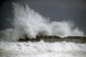 台風10号の影響で高知市の漁港に打ち寄せる高波=14日午後3時55分