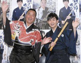 細川たかし(左)と弟子の彩青=東京都内
