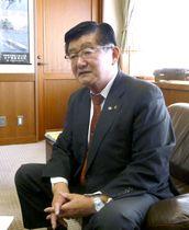 インタビューで日本原子力発電東海第2原発の再稼働に反対の考えを表明した茨城県那珂市の海野徹市長=22日、那珂市役所