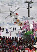 【男子決勝2回目】観衆が見守る中、第2エアを決めて男子モーグルで優勝したキングズベリー=たざわ湖スキー場黒森山コース