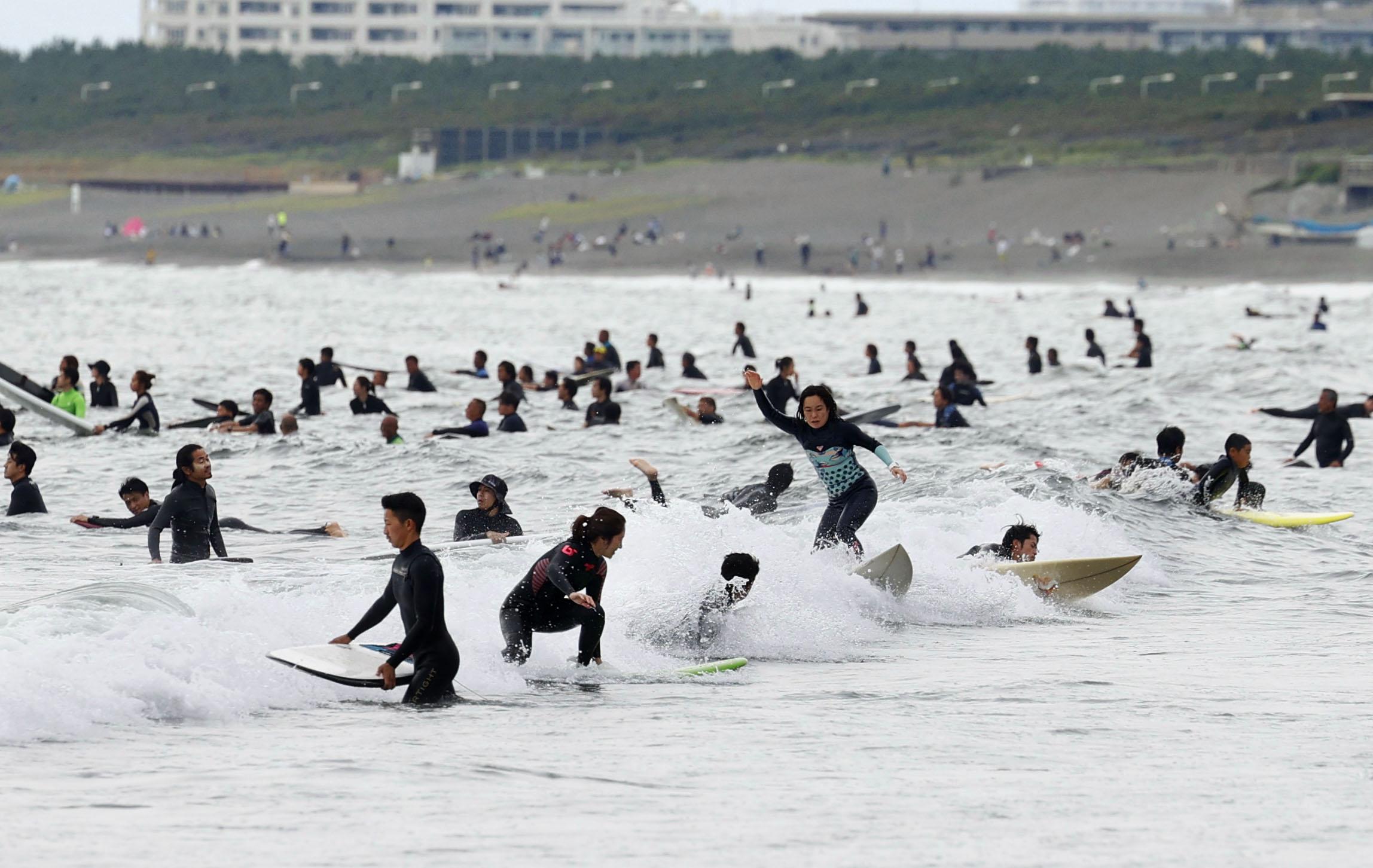 家族連れやサーファーらでにぎわう神奈川県藤沢市の海岸=31日午後