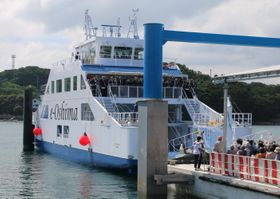 集まった市民の小旗で見送られる「e-Oshima」=大島造船所