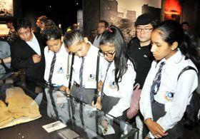 原爆資料館で展示品に見入るネパールの選手たち