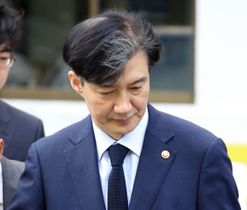 ソウルの自宅を出る韓国のチョ国法相=17日(聯合=共同)