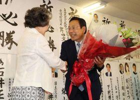 関係者から花束を受け取る石井正弘氏