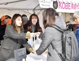 熊本地震で被災した熊本城再建の支援で豚まんを販売するスタッフ=17日午前、熊本市