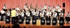 軽快な演奏を披露する浜松市立積志中吹奏楽部のメンバー=19日午後、同市中区のアクトシティ浜松