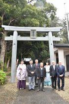 完成した大田原神社の一の鳥居と宇賀神宮司や総代ら