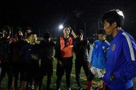 全国大会に向け、選手に指導する菅井圭介監督(右)=10月8日