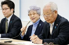 記者会見する拉致被害者家族会の横田早紀江さん(中央)。右は代表の飯塚繁雄さん=17日午後、東京都内