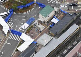 警察官が刺され拳銃が奪われる事件があった千里山交番周辺。右下は阪急千里山駅=16日午前8時30分、大阪府吹田市(共同通信社ヘリから)