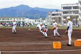 東海大会に向け守備練習に励む野球部員。隣のグラウンドでは、サッカー部が練習している=静岡市清水区の清水桜が丘高で