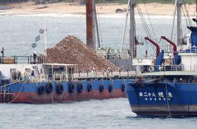 沖縄県名護市辺野古の沖合で積み替えられた埋め立て用土砂=12日午後