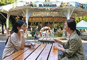 遊園地での飲食も、ベンチを売店や飲食店が管理している場合は「外食」として10%が適用される=都内の遊園地で