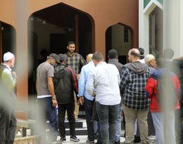 23日、再開されたニュージーランド・クライストチャーチの「ヌール・モスク」への入場を待つ人たち(共同)
