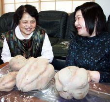 収穫した巨大サツマイモについて話す安枝さん(左)と美恵さん