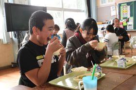 最上級の宮崎牛が入ったシチューを笑顔で味わう児童たち