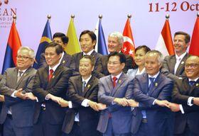 RCEPの閣僚会合で記念撮影する菅原経産相(後列左から2人目)ら各国閣僚=12日、バンコク(共同)