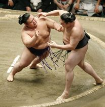 貴景勝(左)が押し出しで竜電を破る=両国国技館