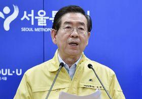 新型コロナウイルスの対応を巡り、ソウル市で記者会見する朴元淳市長=5月(ソウル市提供、聯合=共同)